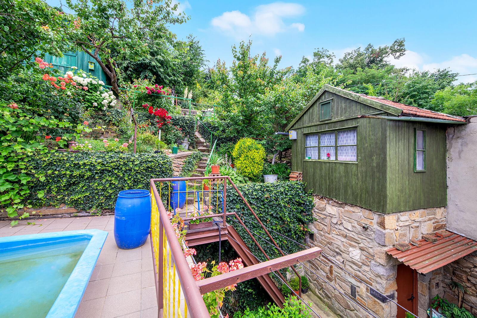 Prodej RD 4+2 c.p.690 m2 se zahradou a dvěma garážemi, Sudice